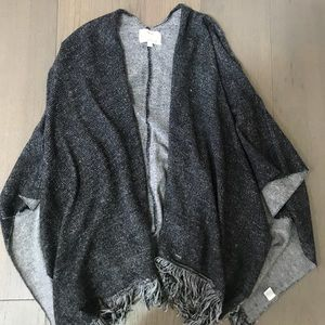 Oversized cardigan with fringe.